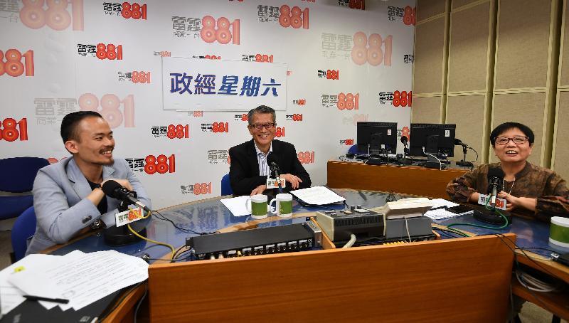 財政司司長陳茂波(中)今早(九月二十八日)出席商業電台節目「政經星期六」。