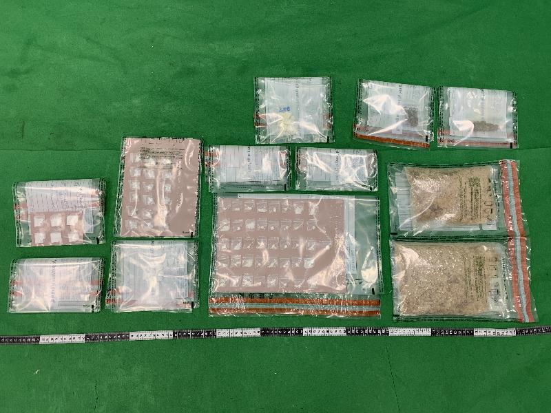 香港海關九月十六日及今日(九月二十八日)分別在香港國際機場、觀塘及油塘檢獲一批共約一點一公斤懷疑毒品,估計市值約四十萬元。