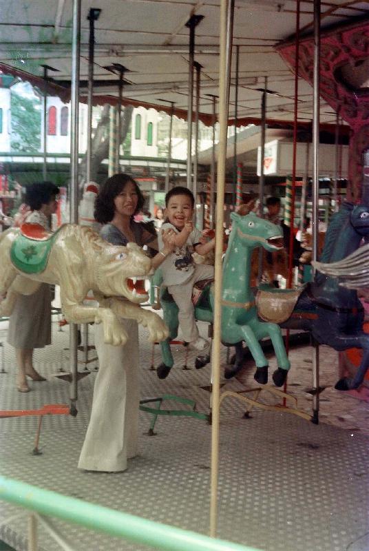 政府檔案處歷史檔案館將於十月一日至三十日在沙田公共圖書館舉行「童趣‧童遊:香港兒童玩樂點滴」流動展覽。圖示一九八○年代荔園機動遊戲,圖片由Ken Kwong提供。