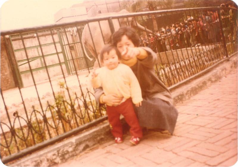 政府檔案處歷史檔案館將於十月一日至三十日在沙田公共圖書館舉行「童趣‧童遊:香港兒童玩樂點滴」流動展覽。圖示一九八○年代一位女孩與她媽媽在荔園和大象「天奴」合照,圖片由馮小姐提供。