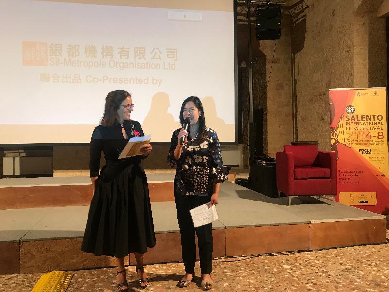 香港駐布魯塞爾經濟貿易辦事處(駐布魯塞爾經貿辦)及創意香港九月六日(特里卡塞時間)支持在意大利特里卡塞舉行的薩蘭托國際電影節。圖示駐布魯塞爾經貿辦副代表周雪梅(右)主持香港電影環節的開幕儀式。
