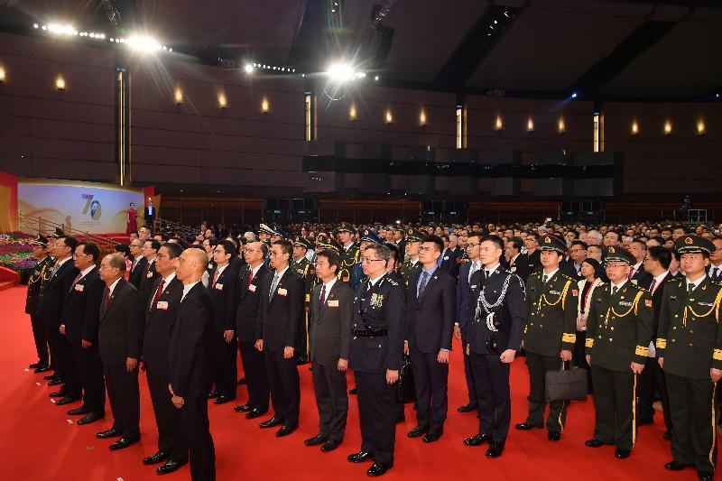 署理行政長官張建宗(前排右三)和主要官員及嘉賓今早(十月一日)觀看慶祝中華人民共和國成立七十周年升旗儀式。