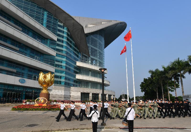 今早(十月一日)在灣仔金紫荊廣場舉行的慶祝中華人民共和國成立七十周年升旗儀式上,國旗及區旗徐徐升起。