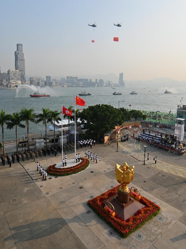 今早(十月一日)在灣仔金紫荊廣場舉行的慶祝中華人民共和國成立七十周年升旗儀式上,紀律部隊和飛行服務隊在海上和空中敬禮。