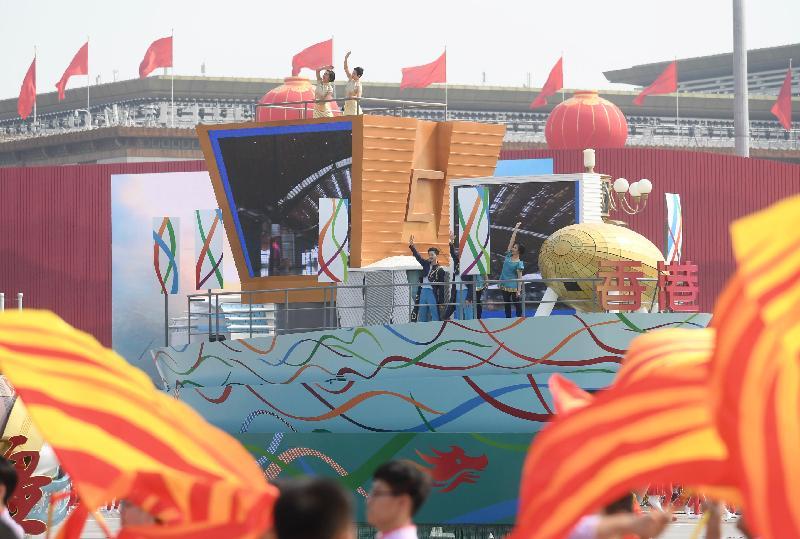 香港特別行政區的彩車今日(十月一日)參與在北京舉行的慶祝中華人民共和國成立七十周年彩車巡遊。香港特區彩車上展示香港五個現在和未來的地標建築模型,分別為(左起)西九龍高鐵站、香港故宮文化博物館、戲曲中心、M+博物館及香港科學園,突顯香港在基建、文化藝術及創新科技方面的發展。
