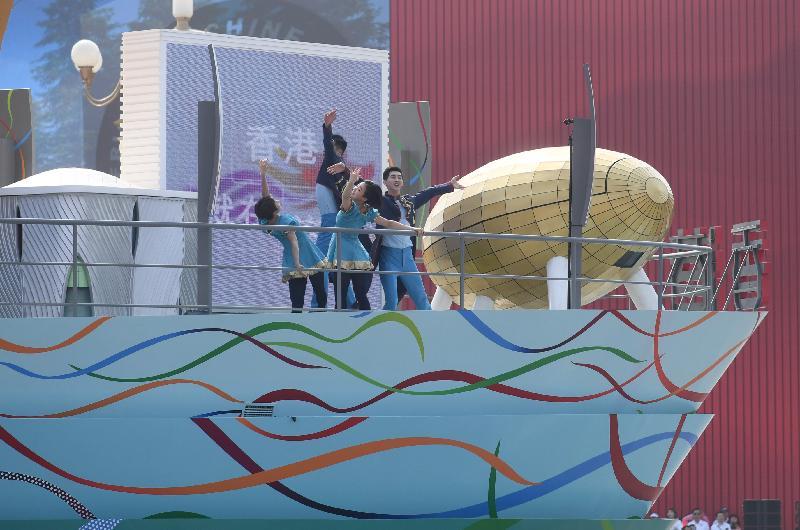 香港特別行政區的彩車今日(十月一日)參與在北京舉行的慶祝中華人民共和國成立七十周年彩車巡遊。香港特區彩車主題為「香港 進」,主體造型設計為一艘前進中的船,寓意香港不斷穩步向前,追求發展。城市當代舞蹈團在彩車上演出,展現香港亞洲國際都會的特色及活力。