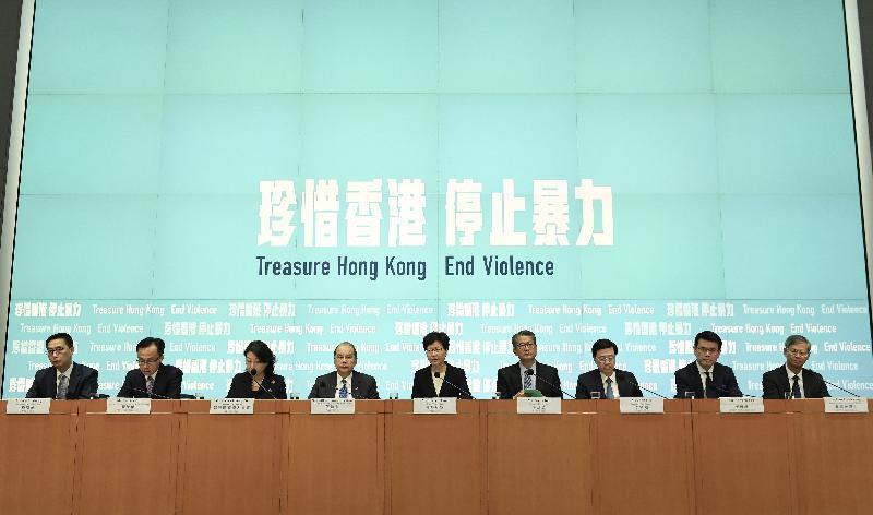 行政長官林鄭月娥(中)今日(十月四日)與一眾司局長舉行記者會。
