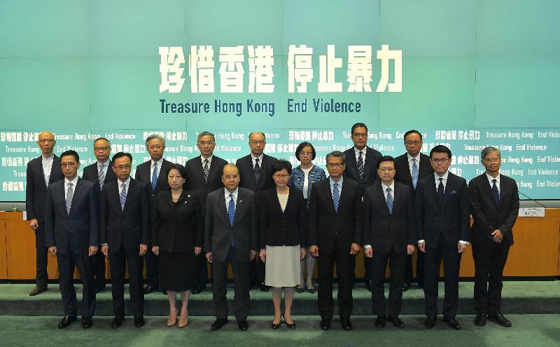 行政長官林鄭月娥今日(十月四日)與一眾司局長舉行記者會。圖示林鄭月娥(前排中)與司局長於記者會合照。