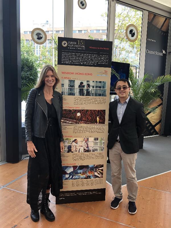 香港駐柏林經濟貿易辦事處處長李志鵬(右)九月二十八日(蘇黎世時間)在瑞士舉行的蘇黎世電影節與電影節總裁Nadja Schildknecht合照。