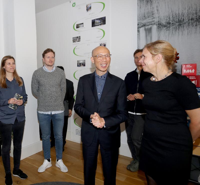 環境局局長黃錦星(右二)十月九日(哥本哈根時間)在丹麥哥本哈根到訪丹麥綠色建築議會,了解當地推廣綠色建築的措施。