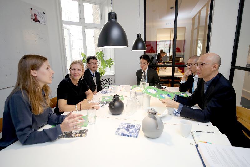 環境局局長黃錦星(右一)十月九日(哥本哈根時間)在丹麥哥本哈根與丹麥綠色建築議會行政總裁Mette Qvist(左二)會面,就建築環境相關的能源效益及減少建築物碳排放等議題交換意見。