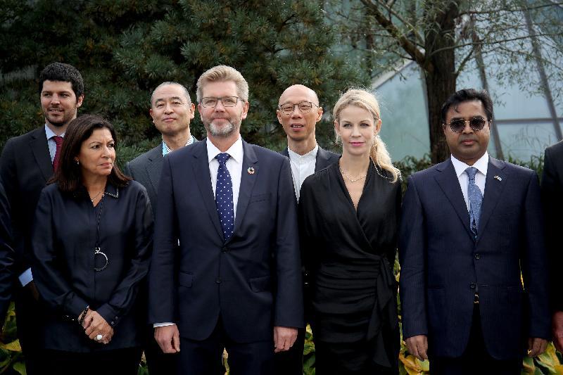 環境局局長黃錦星(後排右)十月十一日(哥本哈根時間)在丹麥哥本哈根出席C40城市氣候領導聯盟指導委員會會議,並和與會者合照。