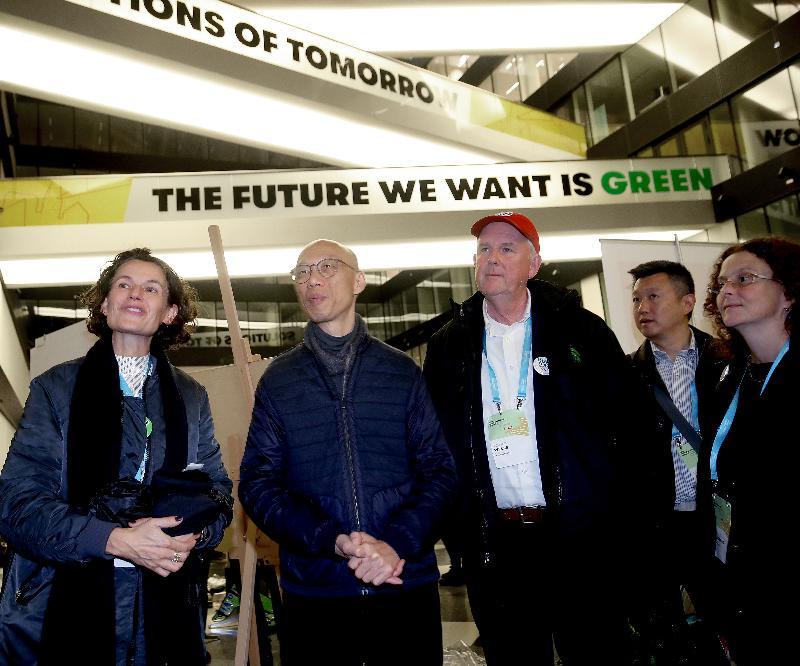 環境局局長黃錦星(左二)十月十一日(哥本哈根時間)參與丹麥哥本哈根市舉辦的可持續方案之旅,了解當地的綠色未來發展。