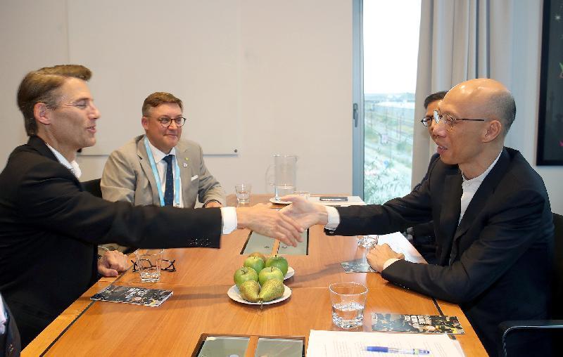 環境局局長黃錦星(右)十月十一日(哥本哈根時間)在丹麥哥本哈根與《全球氣候能源市長盟約》全球大使羅品信(左)會面,探討如何採取更快和更強的氣候行動。