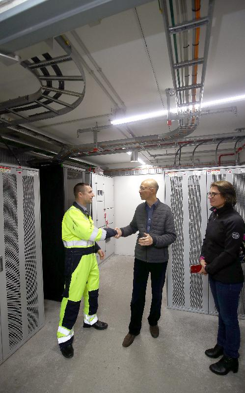 The Secretary for the Environment, Mr Wong Kam-sing (centre), called at EnergyLab Nordhavn, a smart city energy laboratory for Copenhagen, Denmark on October 12 (Copenhagen time) to learn more about future energy solutions.