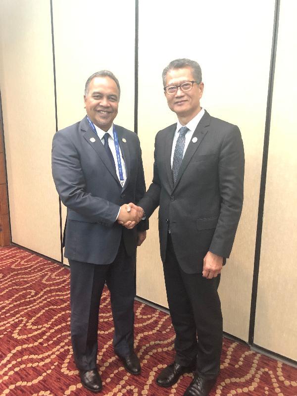 財政司司長陳茂波(右)昨日(聖地亞哥時間十月十四日)在智利聖地亞哥出席亞太區經濟合作組織財長非正式會議,並與馬來西亞財政部副部長阿米魯丁會面。