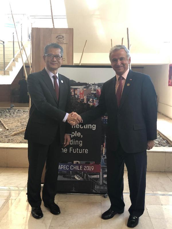 財政司司長陳茂波昨日(聖地亞哥時間十月十五日)在智利聖地亞哥出席亞太區經濟合作組織財政部長會議。出席財長會議期間,陳茂波(左)會晤智利財政部長費利佩‧拉臘。