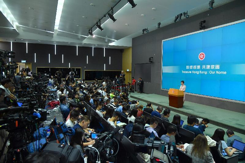 行政長官林鄭月娥今日(十月十六日)下午在添馬政府總部主持《行政長官2019年施政報告》記者會。