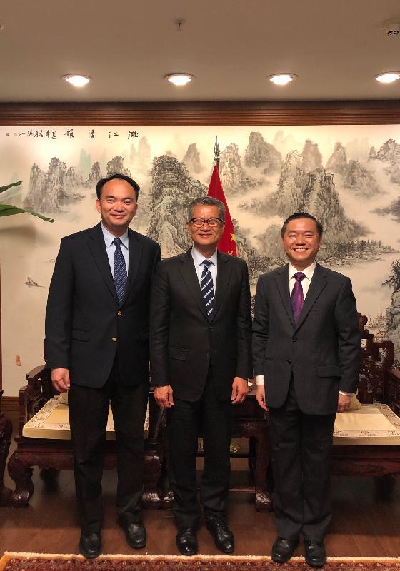 財政司司長陳茂波(中)昨日(美國東岸時間十月十六日)在美國紐約禮節性拜會中華人民共和國駐紐約代總領事王雷(右一)及副總領事李仕鵬(左一)。