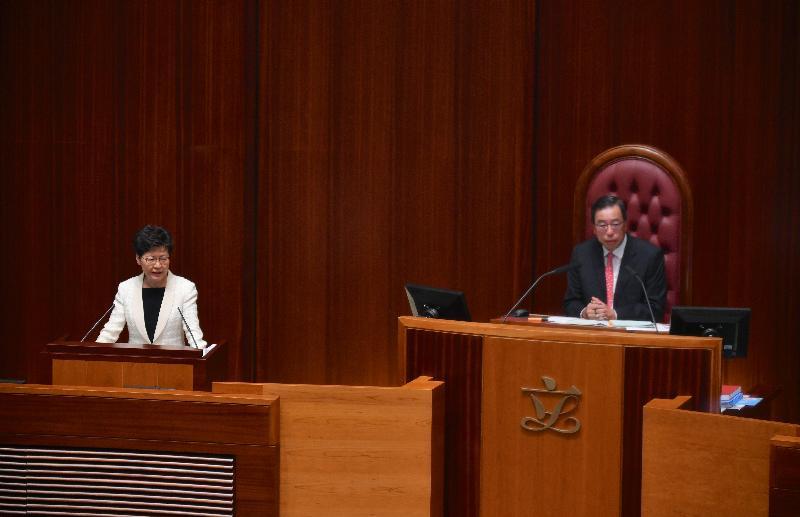 行政長官林鄭月娥(左)今日(十月十七日)在立法會出席《行政長官2019年施政報告》答問會。