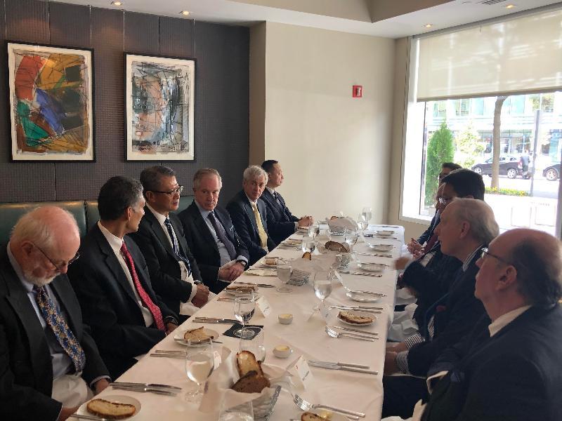 財政司司長陳茂波(左三)昨日(美國東岸時間十月十七日)在美國華盛頓與包括卡托研究所和布魯金斯學會的美國智庫代表進行午餐會議。