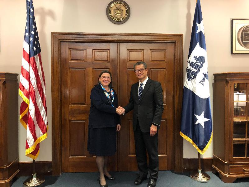 財政司司長陳茂波(右)昨日(美國東岸時間十月十七日)在美國華盛頓與美國商務部副部長Karen Dunn Kelley會晤。