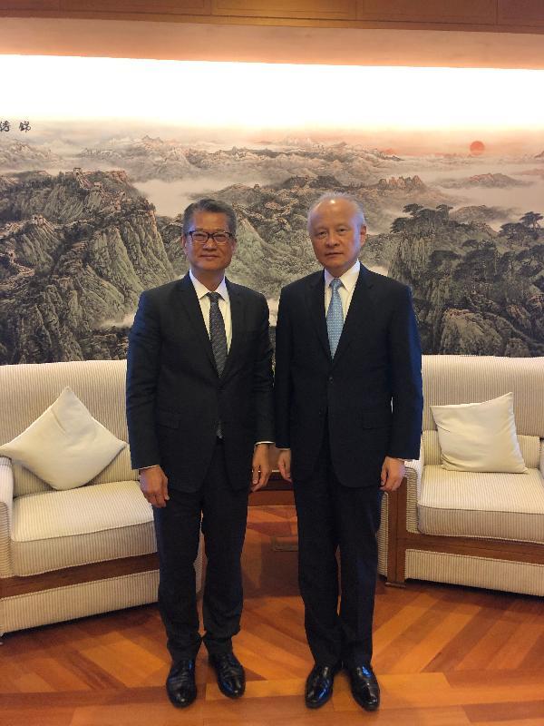 財政司司長陳茂波(左)昨日(美國東岸時間十月十八日)在美國華盛頓禮節性拜會中華人民共和國駐美國大使崔天凱。