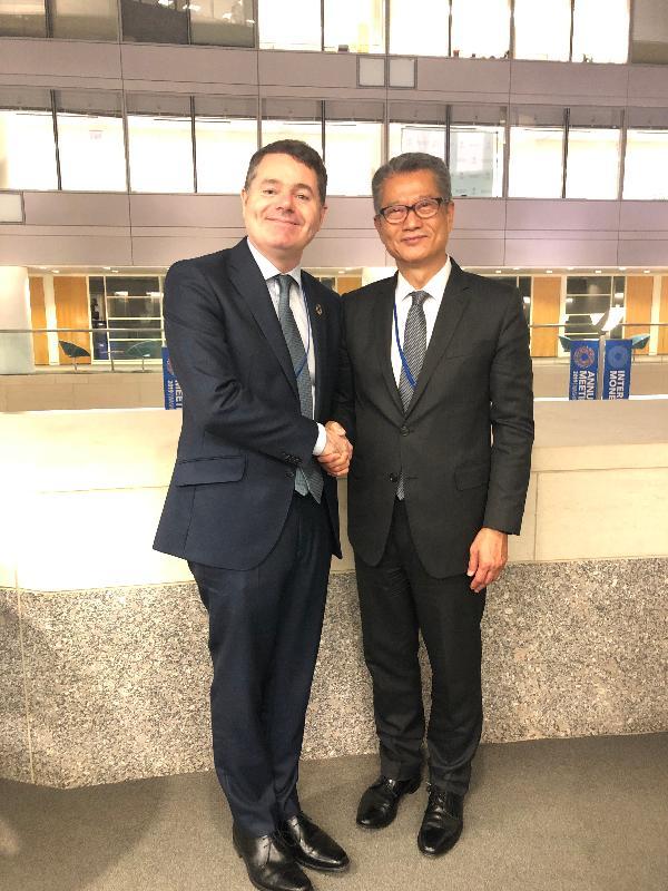 財政司司長陳茂波(右)昨日(美國東岸時間十月十八日)在美國華盛頓與愛爾蘭財政、公共支出和改革部長巴斯卡‧多諾霍會面。