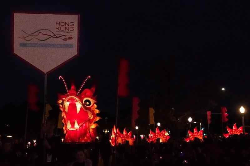 在香港駐悉尼經濟貿易辦事處的支持下,澳亞藝術節主辦機構阿德萊德藝術中心十月十九日(阿德萊德時間)於Elder Park舉行的綵燈巡遊中引入四十米長的香港飛龍綵燈。