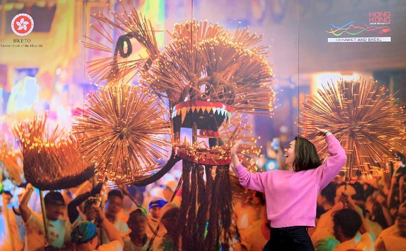 香港駐悉尼經濟貿易辦事處再度參與澳洲阿德萊德首屈一指的國際藝術節——澳亞藝術節,設有富香港特色的活動,包括以大坑舞火龍為背景的互動攝影區。