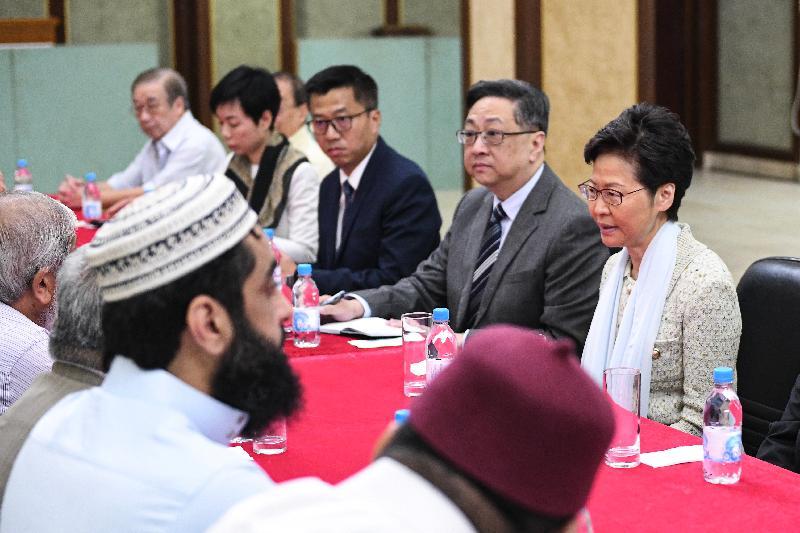 行政長官林鄭月娥(右一)今日(十月二十一日)在警務處處長盧偉聰(右二)陪同下到訪位於尖沙咀的九龍清真寺暨伊斯蘭中心,與多位香港回教信託基金總會代表及其他香港穆斯林社群領袖會面。