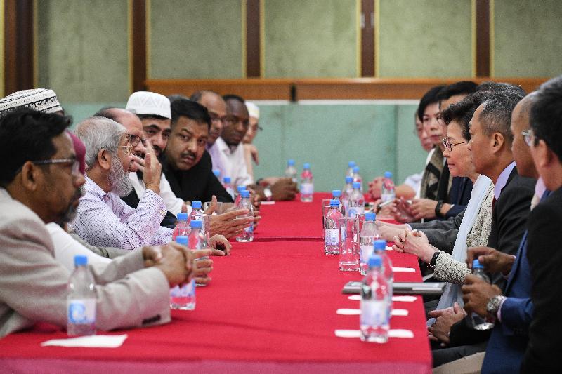 行政長官林鄭月娥(右四)今日(十月二十一日)到訪位於尖沙咀的九龍清真寺暨伊斯蘭中心,與多位香港回教信託基金總會代表及其他香港穆斯林社群領袖會面。