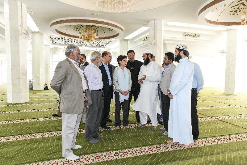 行政長官林鄭月娥(中)今日(十月二十一日)到訪位於尖沙咀的九龍清真寺暨伊斯蘭中心,與多位香港回教信託基金總會代表及其他香港穆斯林社群領袖會面。