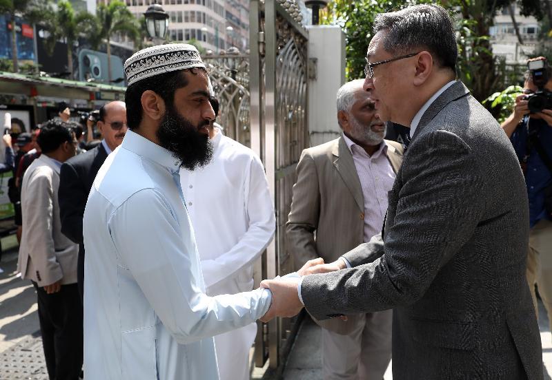 警務處處長盧偉聰(右)與香港穆斯林社群領袖Mufti Muhammad Arshad(左)交談。