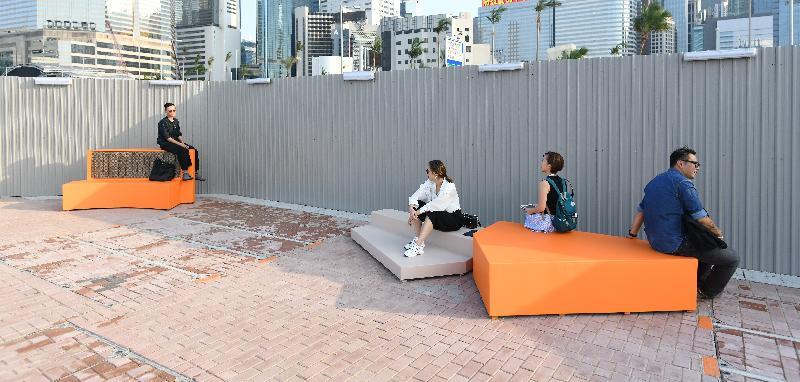 連接添馬與灣仔香港會議展覽中心的海濱長廊今日(十月二十一日)正式開放。在香港設計中心的協助下,海濱長廊擺放了由香港知專設計學院師生合力製作的公共家具,讓市民歇息時也可同時感受本地年輕設計師的創意。