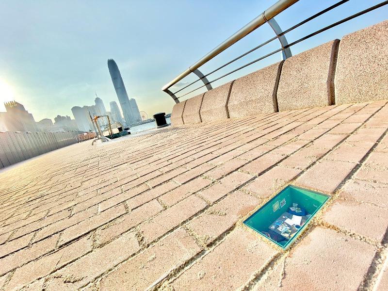 連接添馬與灣仔香港會議展覽中心的海濱長廊今天(十月二十一日)正式開放。市民可於新的海濱長廊眺望中環及尖沙咀一帶。