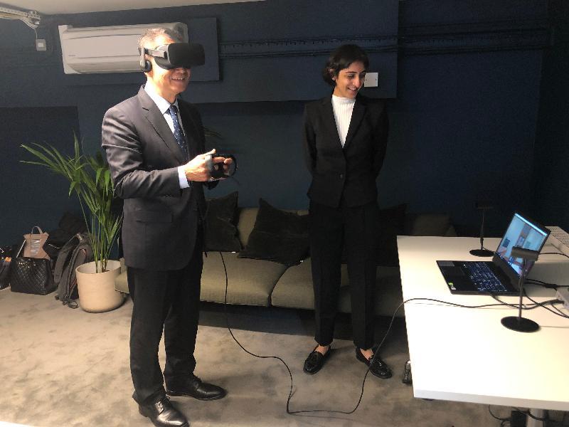 財政司司長陳茂波(左)十月二十五日(倫敦時間)到訪英國倫敦與牛津大學分支的精神健康科技機構Oxford VR,了解應用虛擬實境科技在精神健康治療上的發展。
