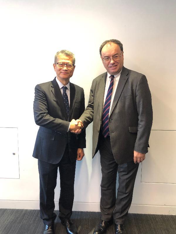 財政司司長陳茂波(左)十月二十五日(倫敦時間)在英國倫敦會晤英國金融行為監管局總裁Andrew Bailey,就進一步加強兩地金融創新方面的合作交換意見。