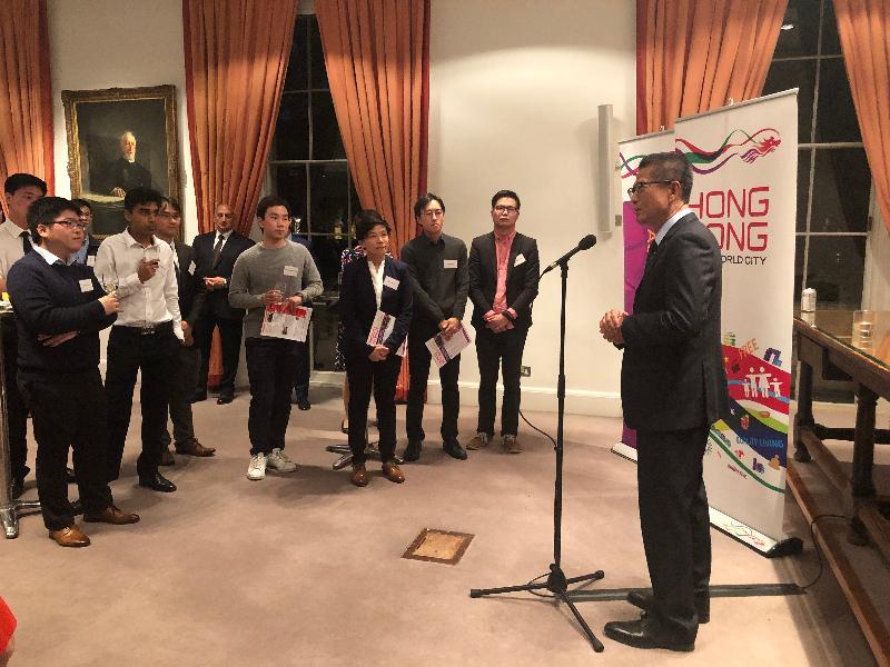 財政司司長陳茂波十月二十五日(倫敦時間)在英國倫敦與香港卓越獎學金計劃的在英留學生聚會。圖示陳茂波(右)在聚會上致辭。
