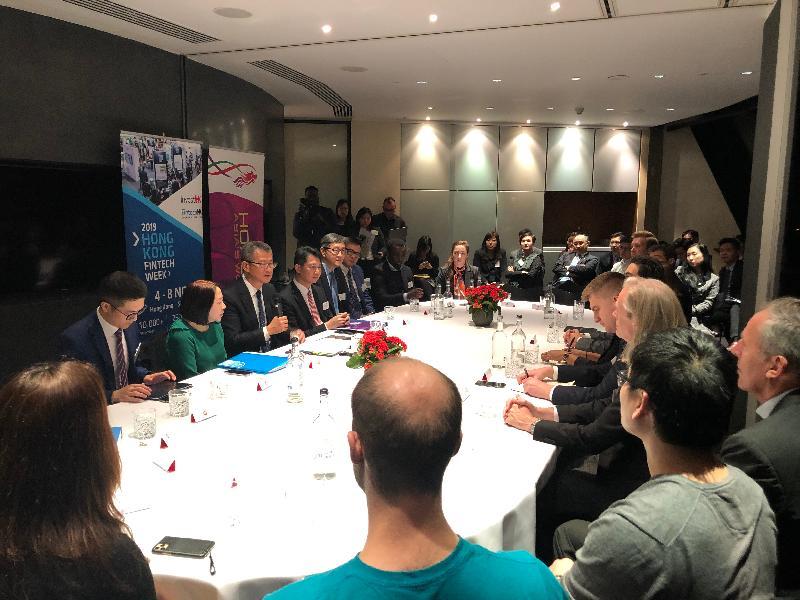 財政司司長陳茂波(左排左三)、香港駐歐洲聯盟特派代表張國財(左排左四)、香港駐倫敦經濟貿易辦事處處長蘇婉玲(左排左二)和香港數碼港管理有限公司行政總裁任景信(左排左五)昨日(倫敦時間十月二十八日)在倫敦出席一個有關金融科技的圓桌論壇,與英國業界交流。
