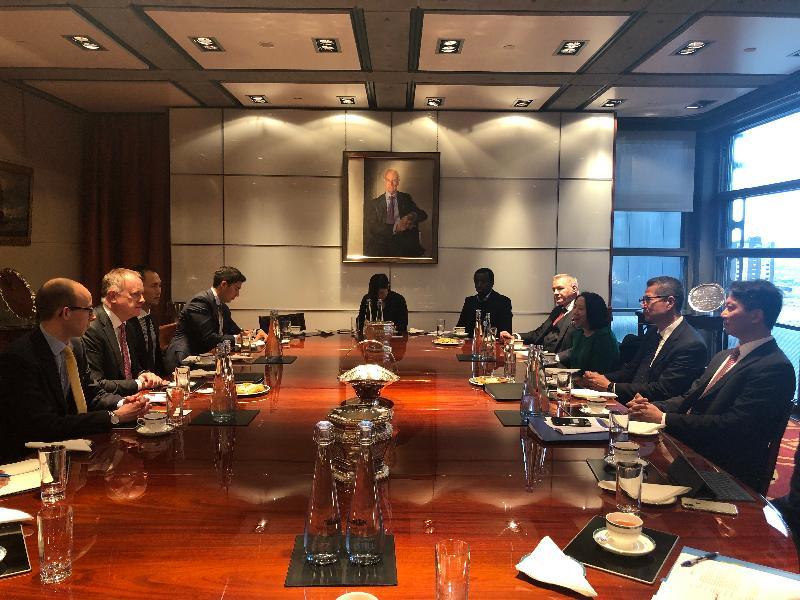 財政司司長陳茂波(右二)、香港駐歐洲聯盟特派代表張國財(右一)和香港駐倫敦經濟貿易辦事處處長蘇婉玲(右三)昨日(倫敦時間十月二十八日)在倫敦會晤勞合社行政總裁John Neal(左二)。