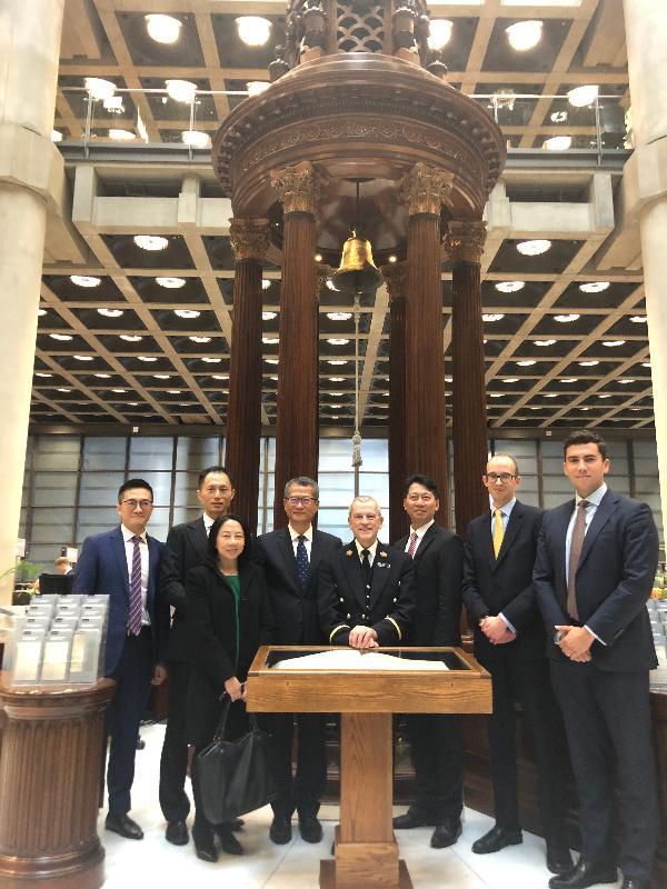 財政司司長陳茂波(左四)、香港駐歐洲聯盟特派代表張國財(右三)和香港駐倫敦經濟貿易辦事處處長蘇婉玲(左三)昨日(倫敦時間十月二十八日)在倫敦到訪勞合社。