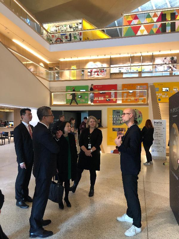 財政司司長陳茂波(左二)、香港駐歐洲聯盟特派代表張國財(左一)和香港駐倫敦經濟貿易辦事處處長蘇婉玲(左三)昨日(倫敦時間十月二十八日)在倫敦參觀設計博物館。