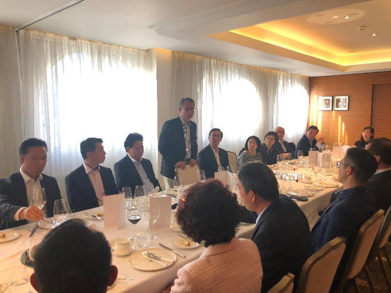 財政司司長陳茂波(左四)前日(倫敦時間十月二十七日)在倫敦與在英國居住的港人共晉午餐,向他們介紹香港的最新發展及了解他們的日常生活情況。