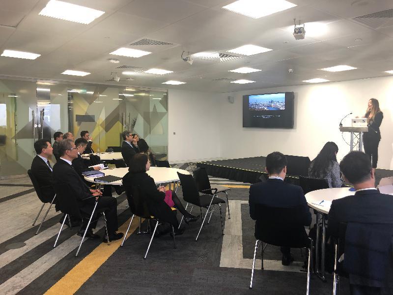 財政司司長陳茂波(左二)、香港駐歐洲聯盟特派代表張國財(左一)和香港駐倫敦經濟貿易辦事處處長蘇婉玲(左三)十月二十九日(倫敦時間)在英國倫敦到訪歐洲現時最大的創業孵化器Level 39。