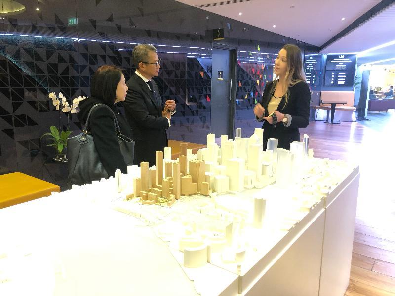 財政司司長陳茂波(中)和香港駐倫敦經濟貿易辦事處處長蘇婉玲(左)十月二十九日(倫敦時間)在英國倫敦到訪歐洲現時最大的創業孵化器Level 39。