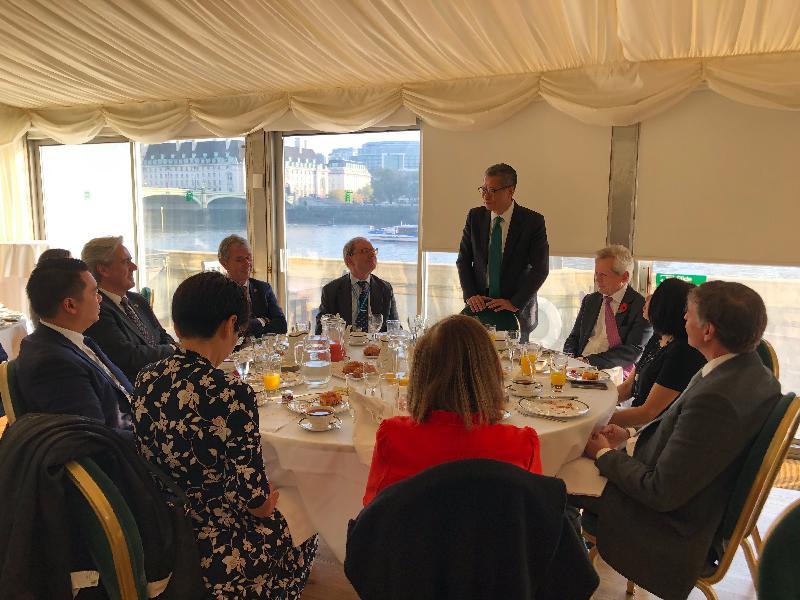 財政司司長陳茂波(右四)十月三十日(倫敦時間)在英國倫敦與英國國會跨黨派中國事務小組成員會面,就英國和香港各方面的情況交換意見。