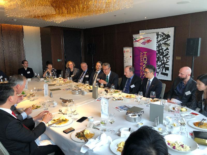 財政司司長陳茂波(右五)十月三十日(倫敦時間)在英國倫敦出席一個有關資產及財富管理的午餐會。