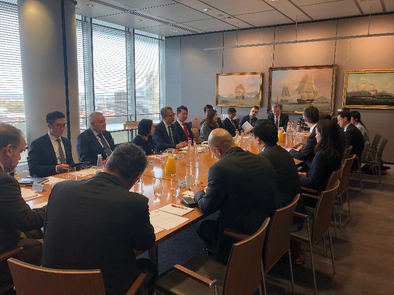 財政司司長陳茂波(左四)、香港駐歐洲聯盟特派代表張國財(左五)及香港駐倫敦經濟貿易辦事處處長蘇婉玲(左三)十月三十日(倫敦時間)在英國倫敦出席綠色金融圓桌論壇,與業界交流。