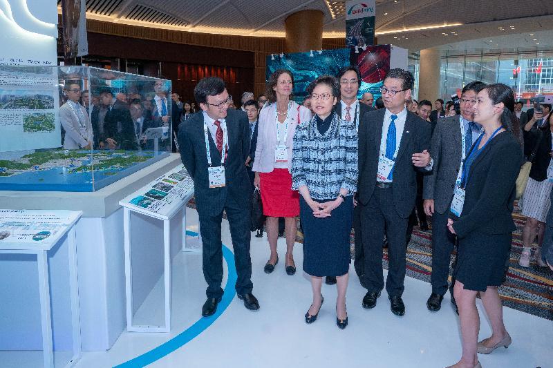 第八屆國際水協亞太地區會議及展覽今日(十月三十一日)在香港會議展覽中心揭幕。圖示行政長官林鄭月娥(前排左二)參觀展覽區。會場展示各地供水、防洪及污水處理的最新產品及技術。